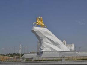 Президент Туркменістану поставив собі позолочений пам'ятник у центрі столиці