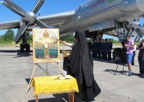 В России священник освятил авиабазу иконой Сталина