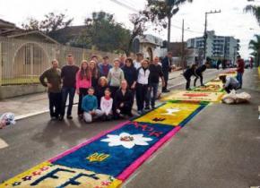 Улицы Бразилии украсили украинские трезубцы