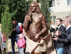 У Луцьку встановили перший пам'ятник Кузьмі Скрябіну в повний зріст