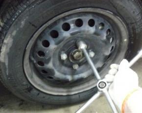 В помощь автолюбителям: как открутить гайку колеса, если грани гайки сорваны (советы народных умельцев)